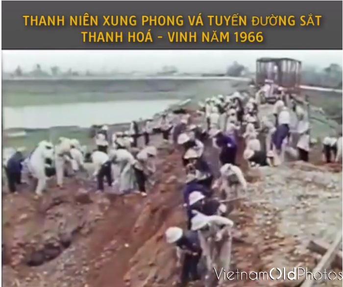 Thanh niên xung phong vá tuyến đường sắt Thanh Hóa - Vinh năm 1966